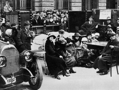 Familias afectadas por la crisis, expulsadas de sus hogares en Budapest (1930).