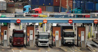 Camiones saliendo del puerto comercial de Barcelona
