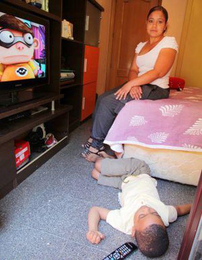 Xiomara y su hijo en la habitación que alquilan por 250 euros.