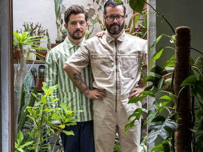 Pancho Doren y Jesús Monteagudo, en el patio de su tienda en el barrio de Gràcia, en Barcelona.