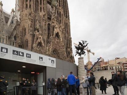 Un grupo de turistas en el templo de la Sagrada Familia de Barcelona
