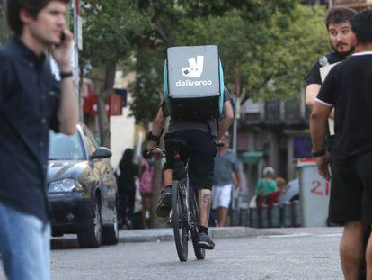 Un repartidor de la empresa Deliveroo en el centro de Madrid.