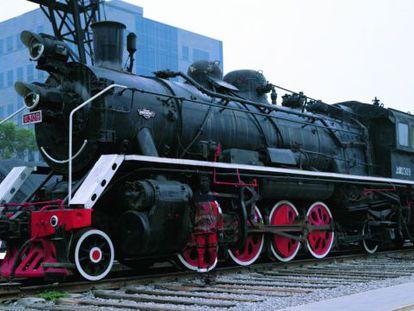 Número 73 de la serie 'Oculto en la ciudad' del creador Liu Bolin con una locomotora.