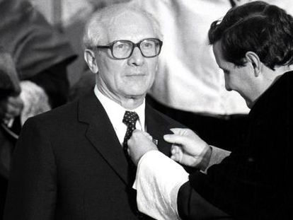 Erich Honecker recibe la Medalla de Oro de la Universidad Complutense de Madrid en 1988.