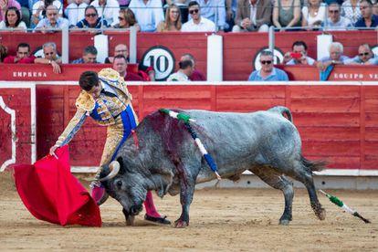 Rubén Pinar, en un derechazo, ante el primer toro de su lote.