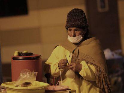 Una mujer aimara usa una máscara este martes en El Alto (Bolivia).