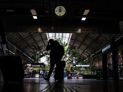 Tránsito de viajeros en la estación de trenes de Atocha.
