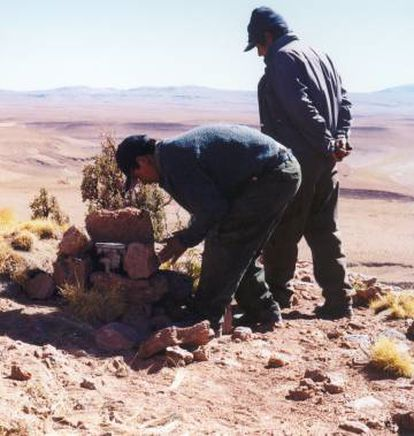 Dos guardaparques de la Reserva de Fauna Andina Eduardo Avaroa (Bolivia), colocando las primeras cámaras trampa que emplearon, en 2004.