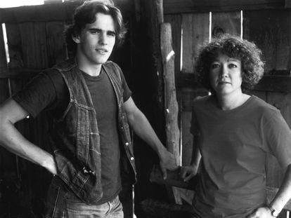 Matt Dillon y la escritora Susan.E. Hinton, en el rodaje de 'Tex', en septiembre de 1982.