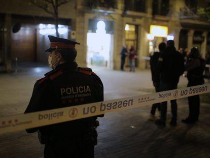 Los Mossos custodian el lugar donde la Guardia Urbana ha disparado a un sin techo en Barcelona.