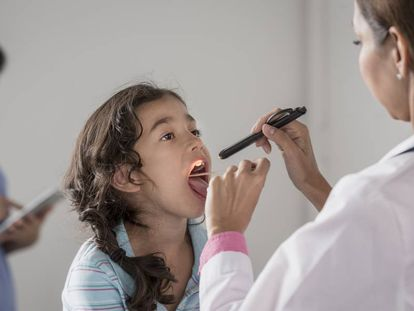Una médico revisa a una niña.