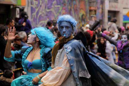 Desfile inaugural del Festival Iberoamericano de Teatro, por las calles de Bogotá.