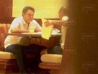Fotograma del vídeo de Pío López Obrador recibiendo un paquete de David León.