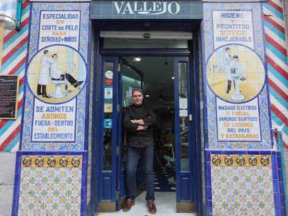 Carlos Vallejo, peluquero y nieto del fundador de la peluquería centenaria Vallejo, en el barrio de Lavapiés.