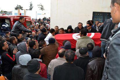 El traslado del ataúd de uno de los cuatro militares argelinos muertos en un atentado este miércoles.