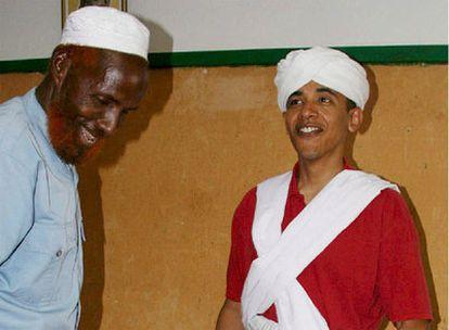 El senador Barack Obama aparace vestido con el traje tradicional somalí junto a Sheikh Mahmed Hissan en Wajir durante su viaje a Kenia en 2006.
