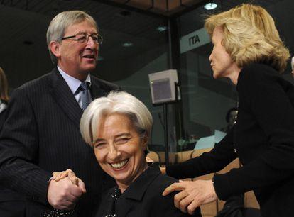 El presidente del Eurogrupo, Jean-Paul Juncker, junto a la ministra francesa Christine Lagarde, y casi de espaldas, Elena Salgado.