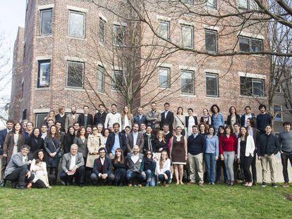 Los asistentes, algunos panelistas y los organizadores en una foto de grupo al finalizar la conferencia.