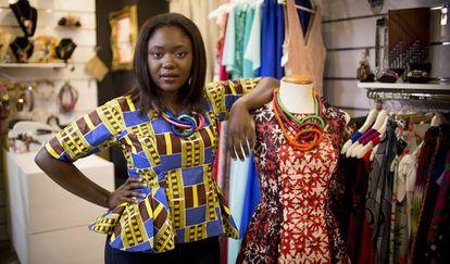 Mamy Awa Thioune posa junto a uno de sus vestidos en la tienda Ópalo Negro, donde se venden sus diseños.