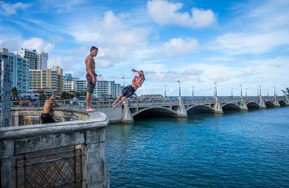 El puente de Dos Hermanos, en San Juan, donde los jóvenes suelen juntarse el fin de semana para lanzarse al agua haciendo piruetas.