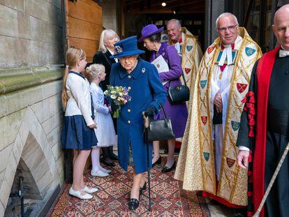 La reina Isabel II de Inglaterra, en la abadía de Westminster, acompañada de su hija Ana.
