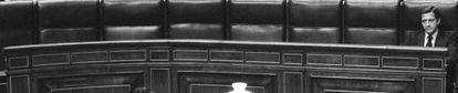 Suárez, sólo en el banco azul del Congreso de los Diputados.