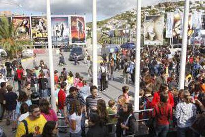 Decenas de personas hace cola para asistir a un festival de cine. EFE/Archivo