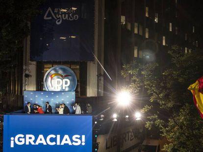 Isabel Diaz Ayuso y Pablo Casado, entre otros dirigentes populares, el pasado martes en la sede de Génova 13 celebrando la victoria electoral en la Comunidad de Madrid.