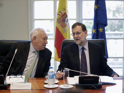 El ministro de Exteriores en funciones, José Manuel García-Margallo, charla con Rajoy durante la reunión del Consejo de Seguridad Nacional del pasado viernes.