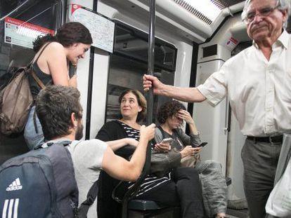 Ciudadanos conversan con Colau en el Metro de Barcelona.