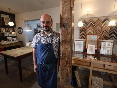 Juan Carlos Fernández, propietario de Heredero de Crispín, posa en su tienda especializada en enmarcados en la calle Moratín.