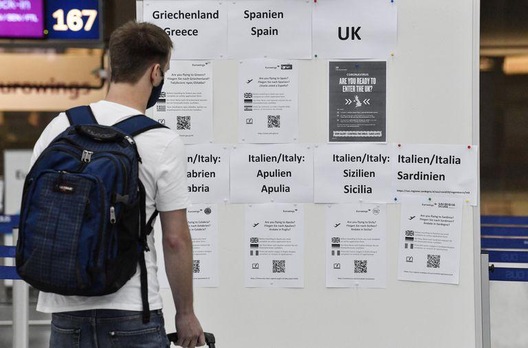 Un pasajero mira el panel con las informaciones de viaje a varios países, este lunes en el aeropuerto alemán de Dusseldorf.