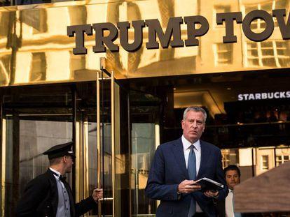 El alcalde de Nueva York, Bill de Blasio, saliendo de la 'Trump Tower' este miércoles.