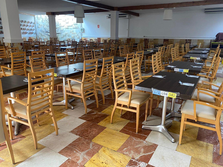 Las mesas para el almuerzo preparadas en VistaFlor: cada una está señalizada con un número y un color para distribuir a los migrantes según su grado de cuarentena y evitar aglomeraciones.
