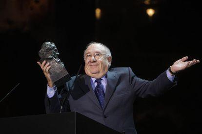 El actor Alfredo Landa, sorprendido con su Goya Honorífico por toda su carrera durante la gala de 2008 celebrada en el Palacio de Congresos de Madrid.