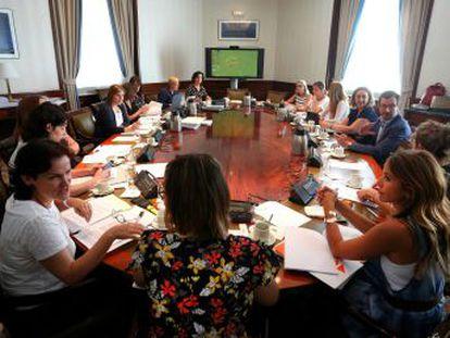 Los partidos cierran un acuerdo que incluye un presupuesto de 1.000 millones de euros y 200 medidas