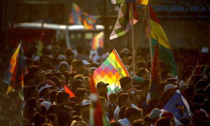 Whipalas y banderas bolivianas flamean en el acto de respaldo a Evo Morales en Buenos Aires.