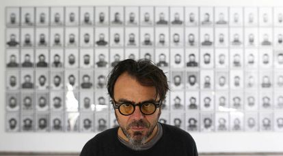 Bernardí Roig posa delante de uno de sus trabajos de 'Cuidado con la cabeza'.