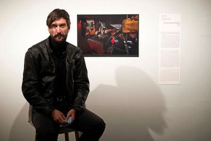 Ricardo García Vilanova, junto a su foto premiada, en el CCCB.