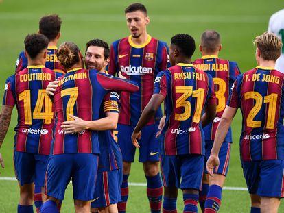 Los jugadores del Barcelona celebran el gol de Griezmann ante el Elche en el Gamper.