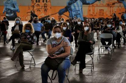 Vacunación en un recinto ferial de Ourense (Galicia) con la inyección de AstraZeneca, este martes.
