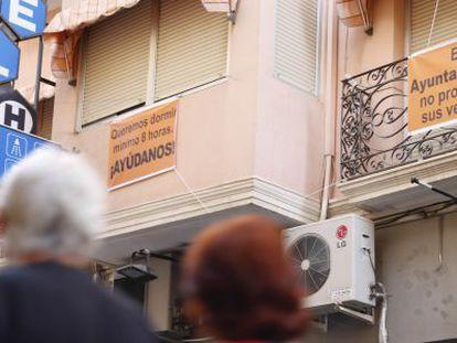 Los balcones del centro de Alicante exhiben pancartas contra el ruido y el Ayuntamiento