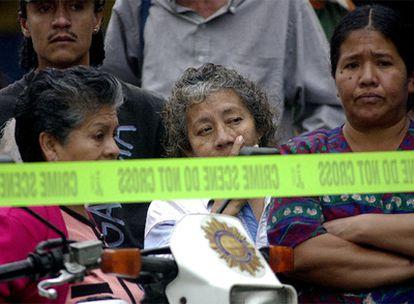 Familiares y amigos de una mujer guatemalteca que fue disparada en una parada de autobús en 2004.