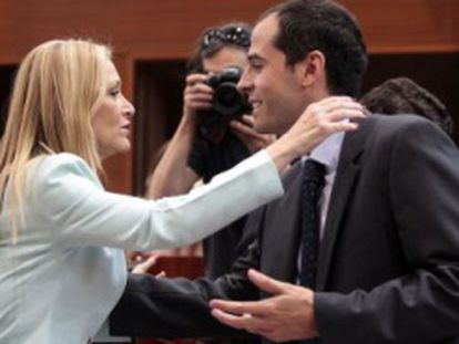 Cifuentes y Aguado se saludan en la Asamblea de Madrid.