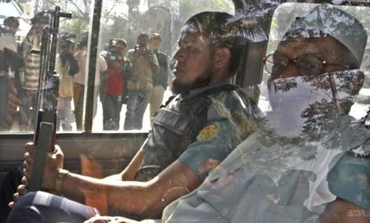 Abdul Quader Mollah (derecha) secretario general adjunto del partido Jamaat-e-Islami, a su llegada al Tribunal de Crímenes Internacionales de Daca (Bangladesh), en febrero pasado.
