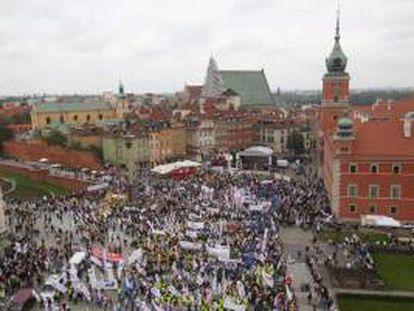 Unos 100.000 sindicalistas, según estimaciones policiales, procedentes de toda Polonia participaron hoy en una manifestación en Varsovia en protesta contra la política del gobierno que preside el liberal Donald Tusk.