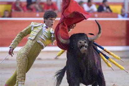 Eduardo Gallo, que cortó una oreja a su segundo toro, durante su primera lidia.