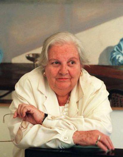 Carmen Balcells, ante un retrato que le hizo el pintor Gonzalo Goytisolo.