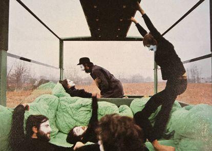 Fotograma de 'Karma sutra', de Mario Bellini, en el que se ve el interior de su extraño vehículo forrado de colchones. Es una de las inspiraciones de Sociedad0, que llenarán de camas el patio de La Casa Encendida, convirtiéndolo en un templo al hedonismo y al confort doméstico.