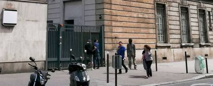 Varios hombres aguardan la apertura de la narcosala de París, este sábado.